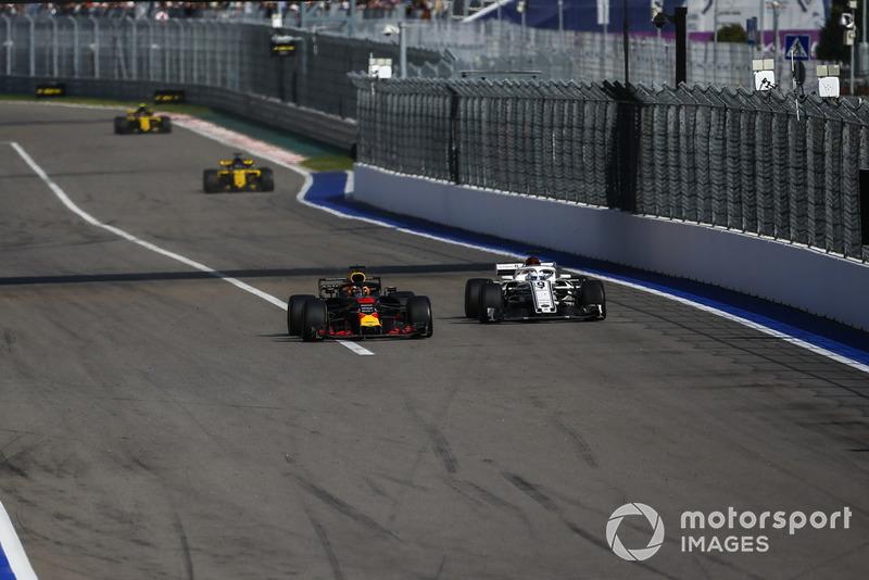 Daniel Ricciardo, Red Bull Racing RB14 and Marcus Ericsson, Sauber C37