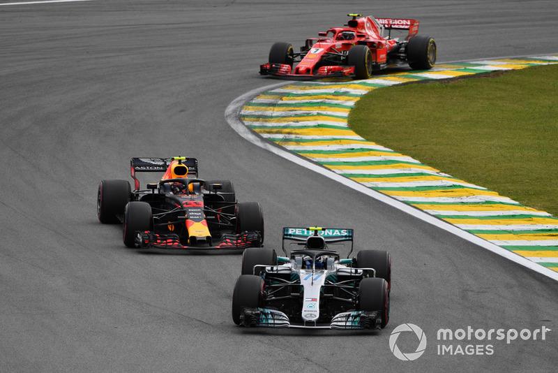 Valtteri Bottas, Mercedes-AMG F1 W09 y Max Verstappen, Red Bull Racing RB14