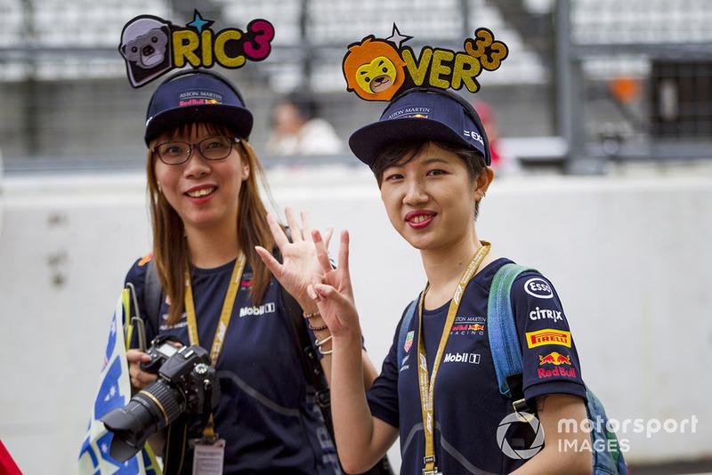 Daniel Ricciardo, Red Bull Racing and Max Verstappen, Red Bull Racing fans and hats