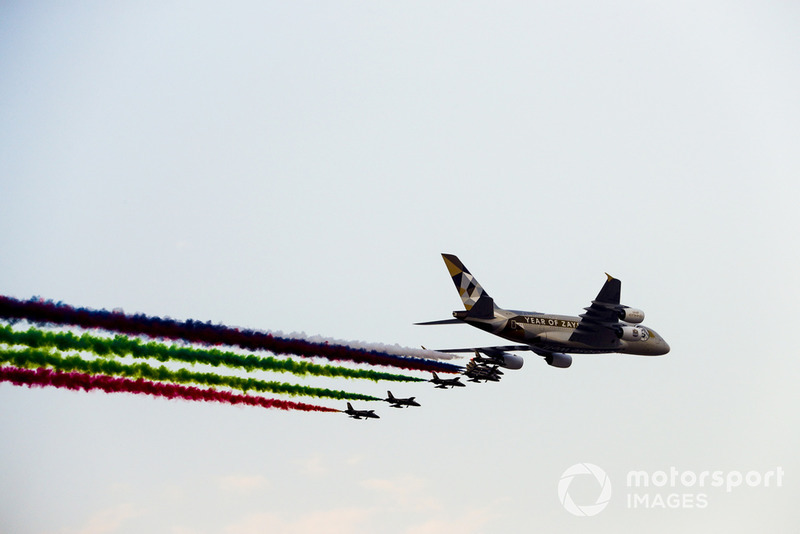 Un Airbus A380 de Etihad Airways es acompañado por el equipo de exhibición de los EAU Al Fursan en su avión Aermacchi MB339A