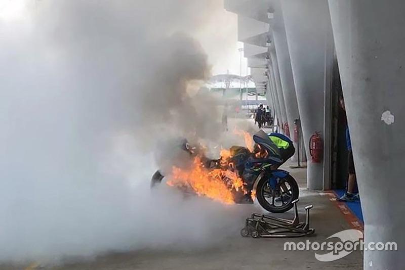 El fin de semana empezó con un incendio en la moto de Rins, y ha terminado con un fogonazo