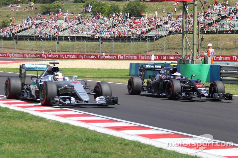Lewis Hamilton, Mercedes AMG F1 W07 Hybrid, Jenson Button, McLaren-Honda MP4-31