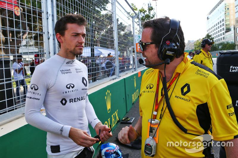 Jolyon Palmer, Renault sport F1 team con Julien Simon Chautemps, Ingeniero de carrera de equipo Renault sport F1 en la parrilla