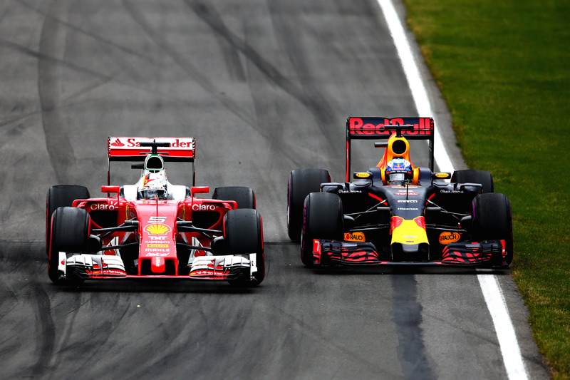 Даніель Ріккардо, Red Bull Racing RB12 та Себастьян Феттель, Ferrari SF16-H, боротьба за позицію