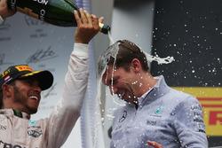 Победитель гонки - Льюис Хэмилтон, Mercedes AMG F1 празднует на подиуме с Джеймсом Ваулзом, главным