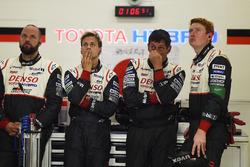 Les membres de Toyota Racing après l'abandon de la #7