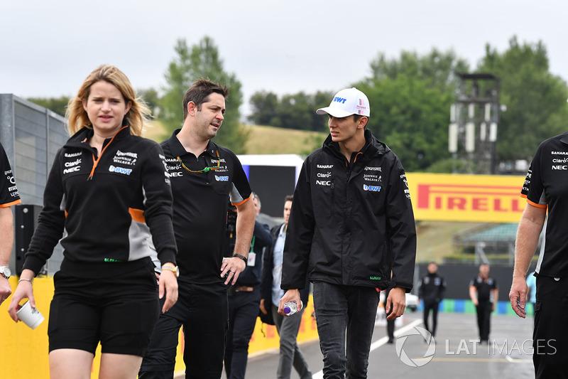 Esteban Ocon, Force India F1 camina en la pista