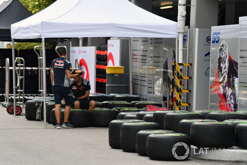 Scuderia Toro Rosso, Mechaniker und Pirelli-Reifen