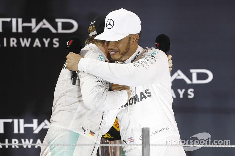 Podio: ganador de la carrera Lewis Hamilton, Mercedes AMG F1 W07 Hybrid y el segundo lugar Nico Rosberg, Mercedes AMG F1 W07 Hybrid se abrazan