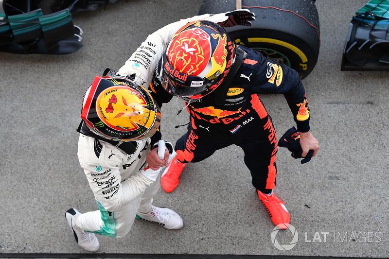 Il vincitore della gara Lewis Hamilton, Mercedes AMG F1 festeggia nel parco chiuso con Max Verstappen, Red Bull Racing