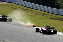 Fernando Alonso, McLaren MCL32 et Stoffel Vandoorne, McLaren MCL32 dans l'herbe