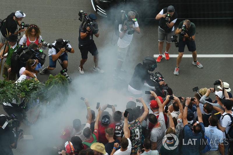 Льюіс Хемілтон, Mercedes AMG F1 на своєму мотоциклі робить бернаут перед уболівальниками