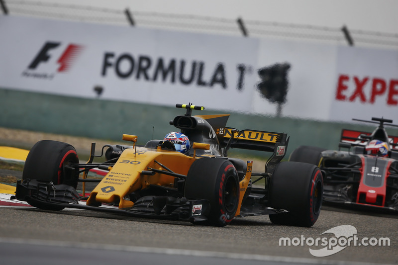 Jolyon Palmer, Renault Sport F1 Team RS17; Romain Grosjean, Haas F1 Team VF-17