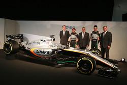 Andrew Green, Sahara Force India F1 Team Director técnico; Sergio Pérez, Sahara Force India F1 VJM10; El Dr. Vijay Mallya, dueño de Sahara Force India F1; Esteban Ocon, Sahara Force India F1 Team; Otmar Szafnauer, Sahara Force India F1 COO y el Sahara Forc