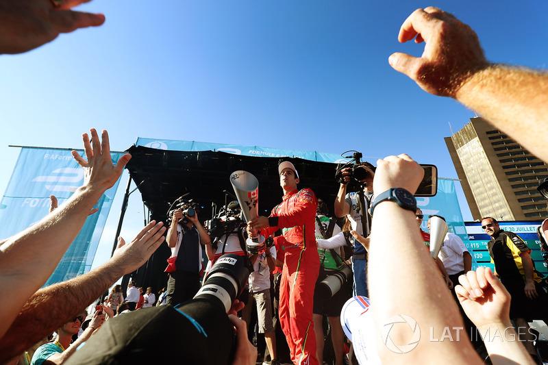 Lucas di Grassi, ABT Schaeffler Audi Sport, celebra en el podio después de ganar la carrera