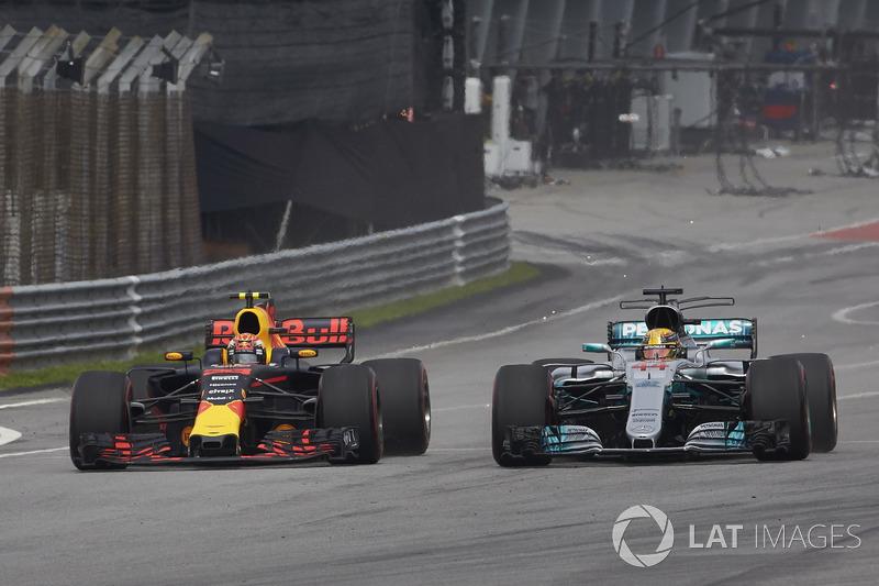 Na pista, Max Verstappen conseguiu algo raro. De Red Bull, ele superou Lewis Hamilton na pista.
