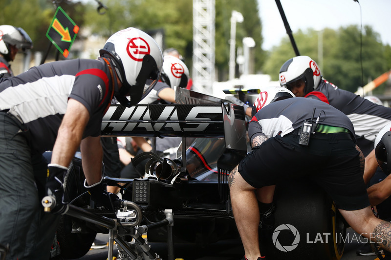 The Haas F1 Team pit crew work on the car of Kevin Magnussen, Haas F1 Team VF-17