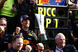 Il vincitore della gara Daniel Ricciardo, Red Bull Racing, Jonathan Wheatley, Team Manager, Red Bull Racing, Christian Horner, Team Principal, Red Bull Racing, Helmut Markko, Consulente, Red Bull Racing, Max Verstappen, Red Bull Racing,e il team Red Bull, festeggiano la vittoria