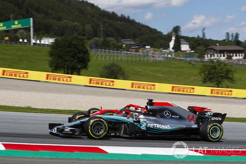 Sebastian Vettel, Ferrari SF71H, pasa a Lewis Hamilton, Mercedes AMG F1 W09