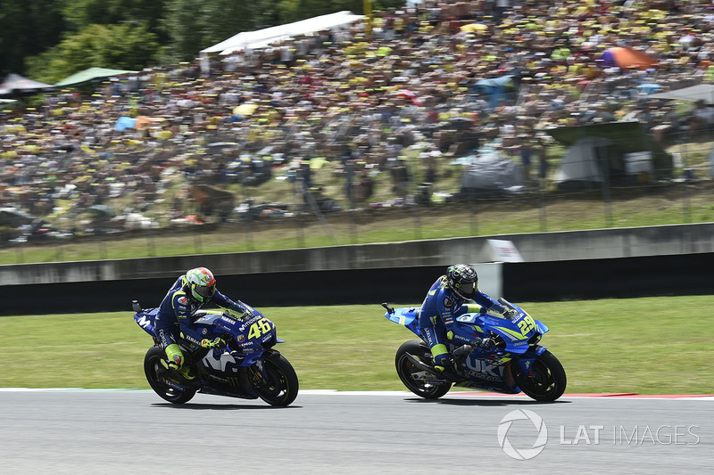Валентино Росси, Yamaha Factory Racing, и Андреа Янноне, Team Suzuki MotoGP