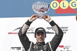 Il secondo classificato Simon Pagenaud, Team Penske Chevrolet, festeggia sul podio