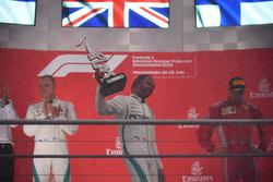 Valtteri Bottas, Mercedes-AMG F1, Lewis Hamilton, Mercedes-AMG F1 e Kimi Raikkonen, Ferrari, festeggiano sul podio
