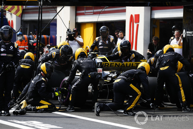 Carlos Sainz Jr., Renault Sport F1 Team R.S. 18, makes a pit stop