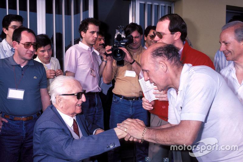 Enzo Ferrari, Stirling Moss, lors de la parade des Mille Miglia à l'usine Scaglietti en 1986