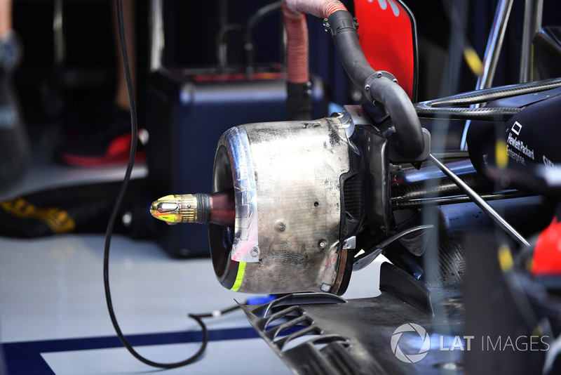 Red Bull Racing RB14 rear wheel hub