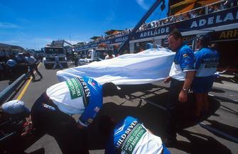 La voiture de Michael Schumacher, Benetton B194 Ford est ramenée au stand après l'accident