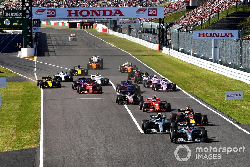 Lewis Hamilton, Mercedes-AMG F1 W09 y el resto del campo en la largada.