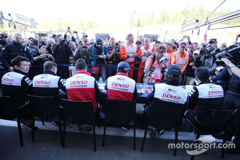 Sébastien Buemi, Kazuki Nakajima, Fernando Alonso, Mike Conway, Jose Maria Lopez, Kamui Kobayashi Toyota Gazoo Racing durante la sesión de autógrafos