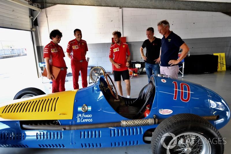 Sebastian Vettel, Ferrari, osserva una Ferrari