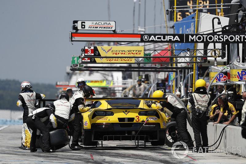 #3 Corvette Racing Chevrolet Corvette C7.R, GTLM: Antonio Garcia, Jan Magnussen, pit stop