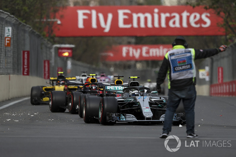 Valtteri Bottas, Mercedes-AMG F1 W09 EQ Power frente a un comisario