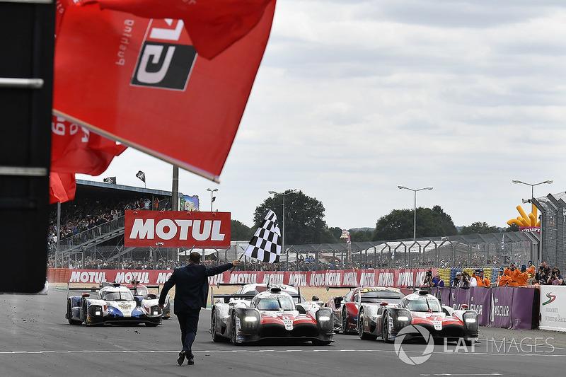 Winners #8 Toyota Gazoo Racing Toyota TS050: Sébastien Buemi, Kazuki Nakajima, Fernando Alonso cross the finish line