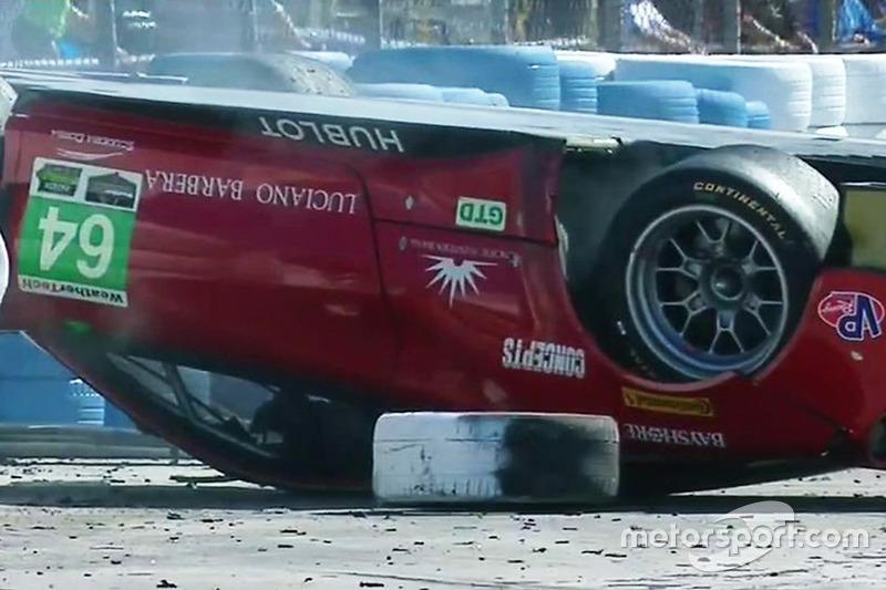 La Ferrari 488 GT3 #64 Scuderia Corsa, GTD: Bill Sweedler, Townsend Bell, Frankie Montecalvo, ribaltata dopo l'incidente