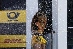 Подіум: Грід-гьол отримує душ шампанського
