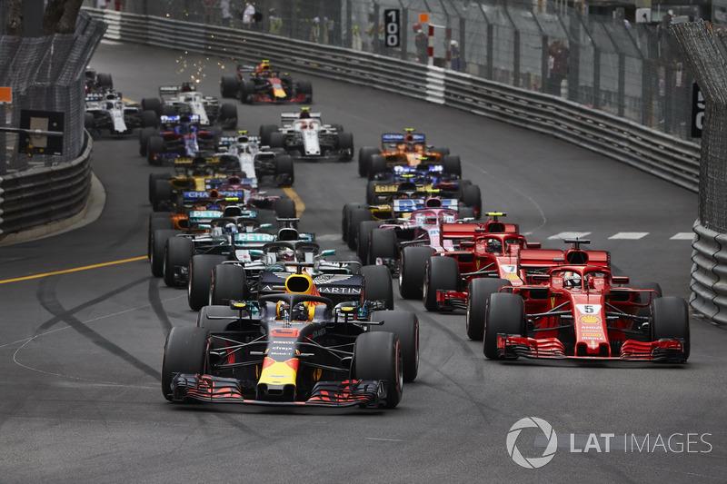 Daniel Ricciardo, Red Bull Racing RB14, lidera Sebastian Vettel, Ferrari SF71H, Lewis Hamilton, Mercedes AMG F1 W09, Kimi Raikkonen, Ferrari SF71H, al comienzo de la carrera