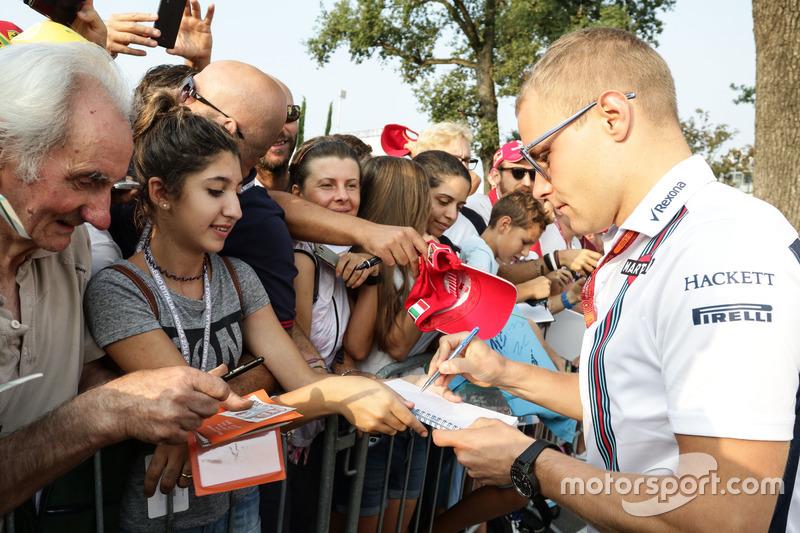 Valtteri Bottas, Williams imza dağıtıyor