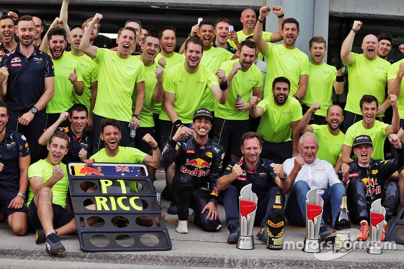Race winner Daniel Ricciardo, Red Bull Racing celebrates with team mate Max Verstappen, Red Bull Rac