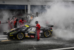 Incendie pendant l'arrêt au stand, #56 AT Racing Ferrari F458 Italia: Alexander Talkanitsa Sr., Alexander Talkanitsa Jr., Alessandro Pier Guidi
