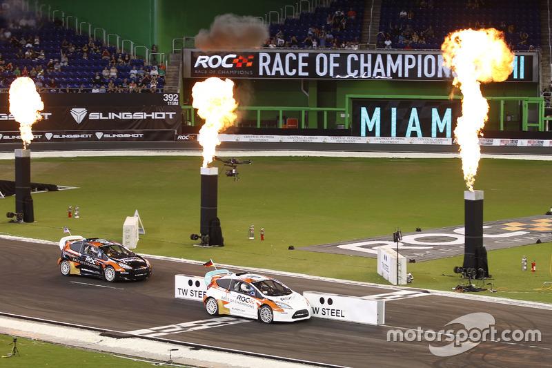 Ganador de la Copa de Naciones Sebastian Vettel en un RX Supercar Lite cruza la línea de meta