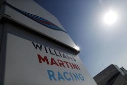 Логотипы Williams и Martini на моторхоуме команды