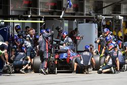 Carlos Sainz Jr., Scuderia Toro Rosso STR12 pit stop