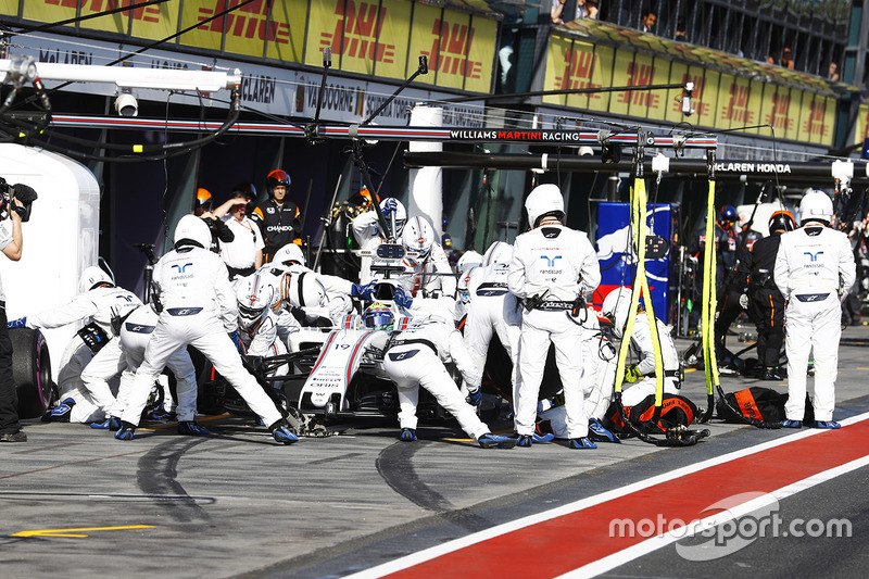 Felipe Massa, Williams FW40, hace un pit stop