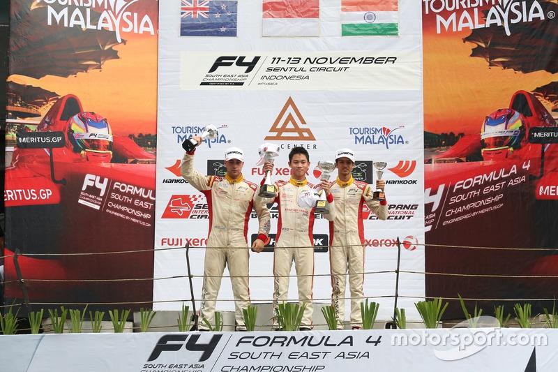 Podium Race 4: Pemenang balapan, Presley Martono; peringkat kedua, Faine Kahia; peringkat ketiga, Mohammed Nalwalla