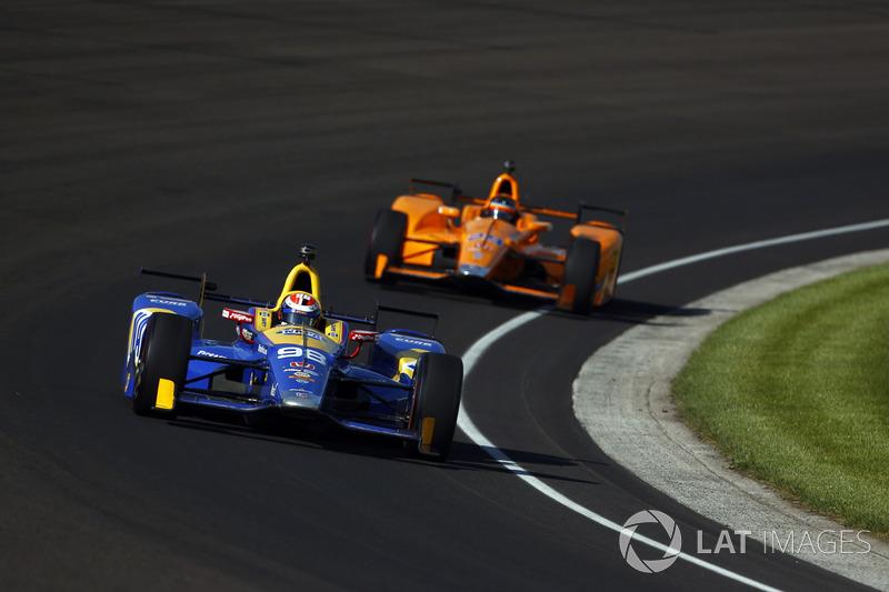 На следующих нескольких кругах между напарниками по Andretti развернулась интересная борьба, которая давала им небольшое преимущество.