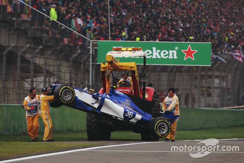 Marshals removed the crashed car of Antonio Giovinazzi, Sauber C36