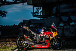 De motor van Stefan Bradl, Honda World Superbike Team in een oud industriegebied